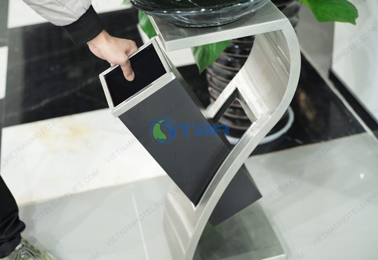 Thùng rác inox chữ Z đặt tiền sảnh đĩa tròn