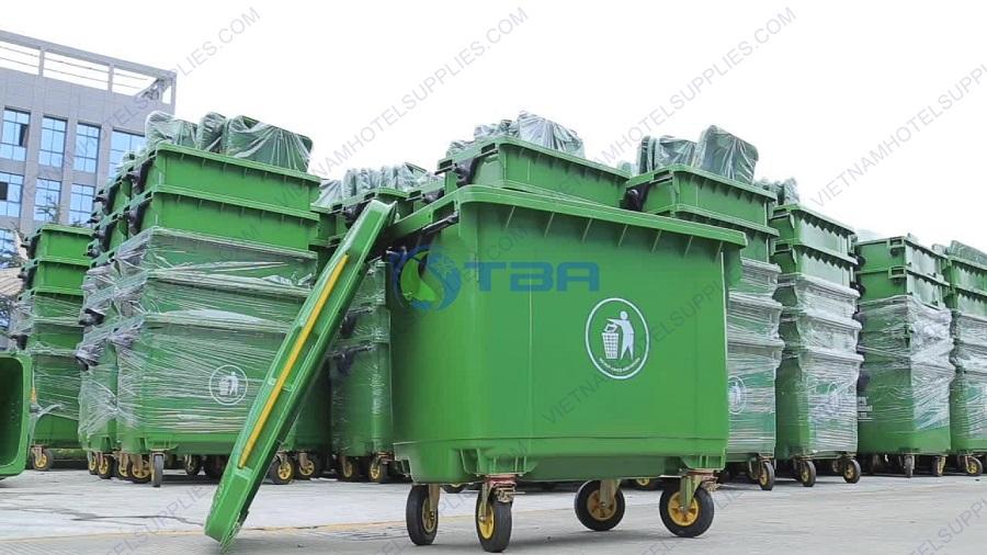 Thùng rác nhựa màu xanh có bánh xe 660 lít