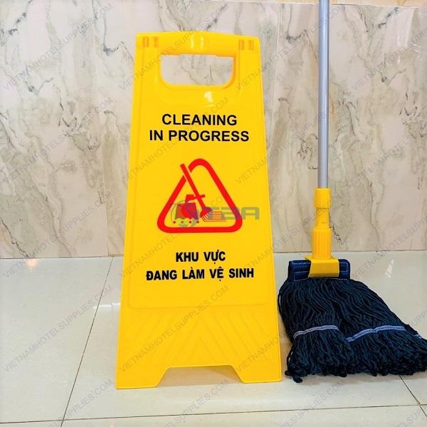 Biển cảnh báo khu vực đang làm vệ sinh chữ A đặt sàn