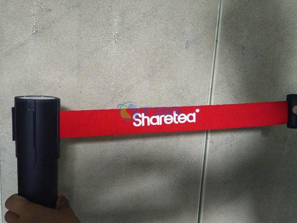 in logo thương hiệu trên dây cột chắn phân làn