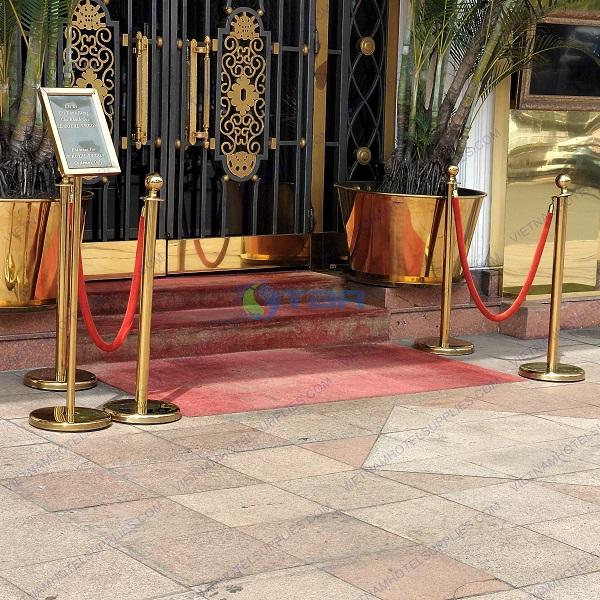 Trụ chắn inox mạ vàng đặt tiền sảnh khách sạn